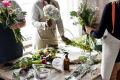 Флорист делая расположение букета свежих цветков Стоковая Фотография RF