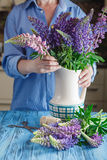 Флорист женщины создавая букет Стоковые Фото