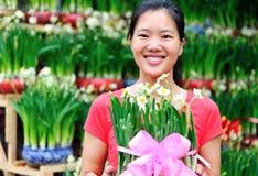 Флорист женщины с цветком daffodil Стоковая Фотография