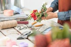 Флорист на работе: женские руки женщины делая модой современный букет из различных цветков Стоковое фото RF