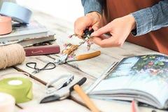 Флорист на работе: женские руки женщины делая модой современный букет из различных цветков Стоковые Изображения RF