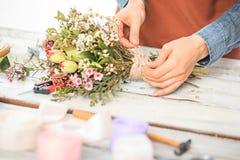 Флорист на работе: женские руки женщины делая модой современный букет из различных цветков Стоковые Изображения