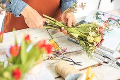 Флорист на работе: женские руки женщины делая модой современный букет из различных цветков Стоковые Фотографии RF