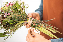 Флорист на работе: женские руки женщины делая модой современный букет из различных цветков Стоковое Изображение RF