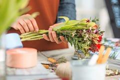 Флорист на работе: женские руки женщины делая модой современный букет из различных цветков Стоковое Фото