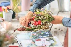 Флорист на работе: женские руки женщины делая модой современный букет из различных цветков Стоковые Фото