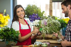 Флорист получая оплату кредитной карточкой от клиента в магазине флориста Стоковые Фотографии RF