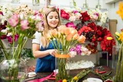 Флорист работая на arragement цветка Стоковое Изображение