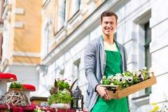 Флорист с поставкой завода на магазине стоковая фотография rf