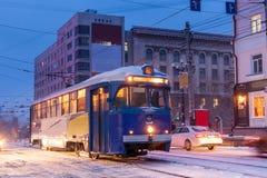 ХАБАРОВСК, РОССИЯ - 14-ОЕ ЯНВАРЯ 2017: Старый трамвай в улице  Стоковая Фотография RF