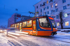 ХАБАРОВСК, РОССИЯ - 14-ОЕ ЯНВАРЯ 2017: Трамвай в улице выигрыша Стоковое фото RF