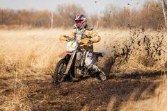 ХАБАРОВСК, РОССИЯ - 23-ЬЕ ОКТЯБРЯ 2016: Всадник велосипеда Enduro на fi Стоковые Изображения