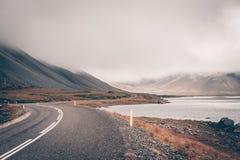 Хайвей через ландшафт Исландии на туманнейшем дне стоковое изображение