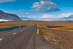 Хайвей через южный Icelandic ландшафт стоковые изображения rf