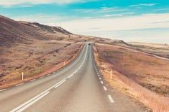 Хайвей через Icelandic ландшафт под голубым небом лета стоковая фотография rf