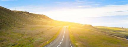 Хайвей через Icelandic ландшафт под голубым небом лета стоковое изображение rf
