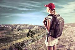 хайвей hitchhiking женщина Стоковые Изображения RF