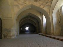 Хайдарабад, Индия - форт Golkonda руин формы свода 1-ое января 2009 внутренний с путями прохода Стоковое Изображение