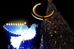ХАЙФА, ИЗРАИЛЬ - 30-ОЕ ДЕКАБРЯ 2017: Декоративно украшенный для дерева и голубя торжеств рождества с Chanukah Menorah на стоковое фото rf