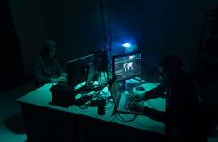 Хакеры ломая сервер используя множественные компьютеры и зараженное ransomware вируса Кибернетическое преступление, технология, p стоковое фото rf