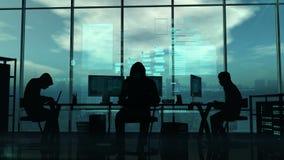 Хакеры на работе на голубой предпосылке