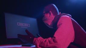 Хакер входит в пароль сток-видео