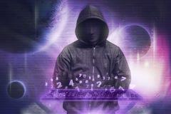 Хакер в клавиатуре маски печатая рубя двоичные данные Стоковое фото RF