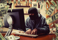 Хакер в офисе стоковая фотография rf