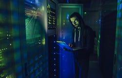 Хакер в центров обработки информации стоковая фотография rf