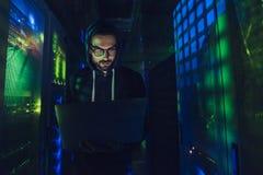 Хакер в центров обработки информации стоковые фотографии rf