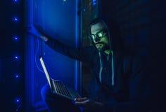 Хакер в центров обработки информации стоковые изображения