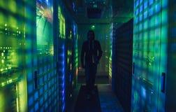Хакер в центров обработки информации стоковая фотография
