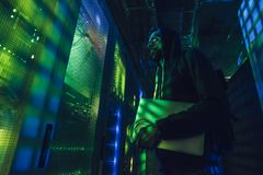 Хакер в центров обработки информации стоковое изображение rf