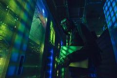 Хакер в центров обработки информации стоковые изображения rf