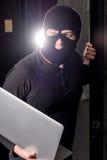 Хакер в datacenter стоковые изображения