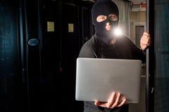 Хакер в datacenter стоковое изображение