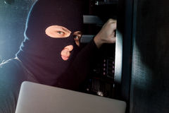Хакер в datacenter стоковое изображение rf