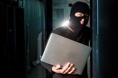 Хакер в datacenter стоковые изображения rf