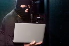 Хакер в datacenter стоковое фото
