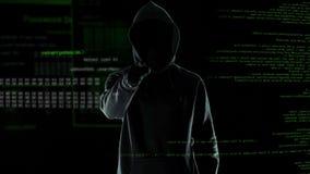 Хакер делает угрожая жест в камеру, кибер атаку и шантаж сток-видео