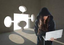 Хакер женщины работая на компьтер-книжке перед предпосылкой с отверстием головоломки Стоковые Изображения