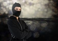 Хакер женщины с клобуком и подготовляет пересеченное положение дальше перед цифровой предпосылкой Стоковые Изображения