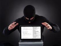 Хакер крадя данные портативного компьютера Стоковые Фотографии RF