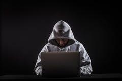 Хакер на компьтер-книжке стоковые фотографии rf