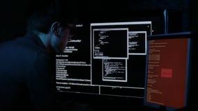 Хакер ломает в систему акции видеоматериалы