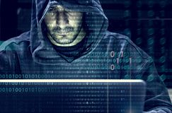 Хакер работая на злодеянии кибер компьютера стоковая фотография