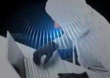 Хакер работая на компьтер-книжке перед черной предпосылкой Стоковое фото RF
