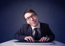 Хакер работая с клавиатурой на голубой предпосылке Стоковая Фотография