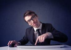 Хакер работая с клавиатурой на голубой предпосылке Стоковое Фото