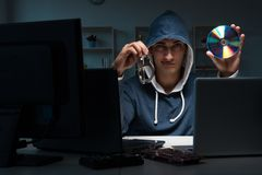 Хакер рубя компьютер на ноче Стоковая Фотография